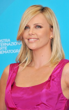 Charlize_Theron_charlize-theron-the-burning-plain-photocall-in-venice-10