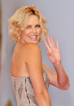 Charlize_Theron_charlize-theron-the-burning-plain-premiere-in-venice-07