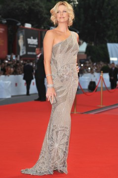 Charlize_Theron_charlize-theron-the-burning-plain-premiere-in-venice-12