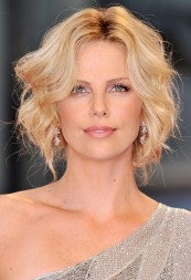Charlize_Theron_charlize-theron-the-burning-plain-premiere-in-venice-16