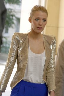 50127_Blake_lively_on_the_set_of_gossipgirl_july2010_5