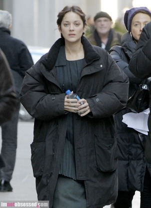 marion-cotillard-and-joaquin-phoenix2012-02-07_08-50-40spotted-on-nyc-set