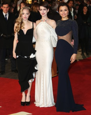 seyfried-hathaway-barks-uk-premiere-les-miserables-02