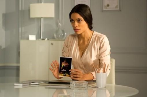 trance-rosario-dawson-mostra-una-carta-a-un-suo-paziente-in-una-scena-del-film-263435
