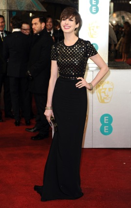 Anne-Hathaway-on-the-BAFTA-Film-Awards-red-carpet