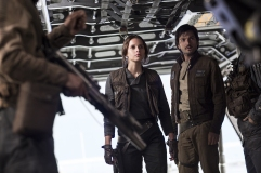 Rogue One: A Star Wars Story..L to R: Jyn Erso (Felicity Jones) and Cassian Andor (Diego Luna)..Ph: Jonathan Olley..©Lucasfilm LFL 2016.