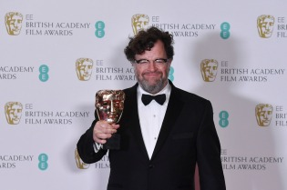 US director Kenneth Lonergan poses with the award for an Original Screenplay for the film 'Manchester By The Sea' at the BAFTA British Academy Film Awards at the Royal Albert Hall in London on February 12, 2017. / AFP PHOTO / Ben STANSALL