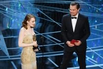 HOLLYWOOD, CA - FEBRUARY 26: Actress Emma Stone (L) and accepts Best Actress for 'La La Land' from actor Leonardo DiCaprio onstage during the 89th Annual Academy Awards at Hollywood & Highland Center on February 26, 2017 in Hollywood, California. (Photo by Kevin Winter/Getty Images)